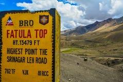 Pietra miliare che mostra a Fatula superiore il più alto punto sulla strada di Srinagar Leh immagine stock libera da diritti
