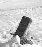 Pietra miliare con neve immagini stock