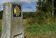 Pietra miliare del Camino de Santiago vicino di un Torre, provin di Lugo Immagine Stock Libera da Diritti