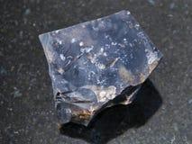 pietra nera cruda del silice su fondo scuro Fotografie Stock Libere da Diritti