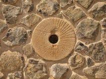 Pietra in parete pietrosa dal materiale della natura, pietra rotta della marna, materiali da costruzione tradizionali del mulino  Fotografia Stock Libera da Diritti