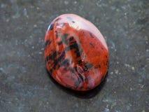pietra preziosa di mogano lucidata dell'ossidiana su buio immagine stock libera da diritti