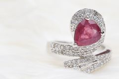 pietra preziosa rosa sull'anello di diamante fotografie stock
