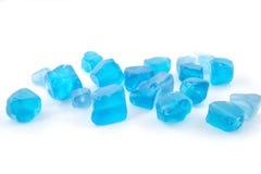 Pietra preziosa tonificata blu del quarzo isolata sulla fine bianca del fondo su Immagine Stock
