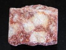 pietra rosa cruda di Aventurine su fondo scuro Fotografia Stock