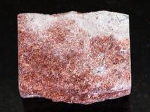 pietra rosa ruvida di Aventurine su fondo scuro Immagine Stock