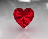 Pietra rossa del granato di figura del cuore Fotografia Stock