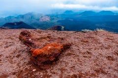 Pietra rossa della lava dell'estratto della natura al pendio del vulcano di Etna, Sicilia, Italia fotografia stock