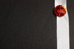 Pietra rossa sul nastro bianco sul nero fotografia stock libera da diritti