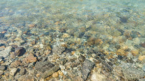 Pietra sotto acqua trasparente Fotografie Stock