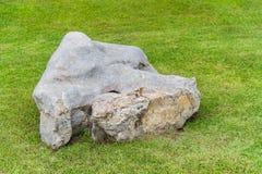 Pietra su erba verde nel giardino Fotografia Stock
