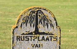 Pietra tombale antica al cimitero di Nes, Ameland, Olanda Immagini Stock Libere da Diritti