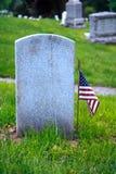 Pietra tombale e bandiera americana Immagini Stock Libere da Diritti