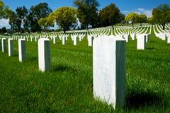 Pietra tombale esposta all'aria nel cimitero nazionale Immagine Stock