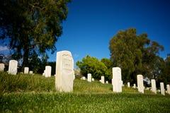 Pietra tombale rotta in cimitero nazionale Immagine Stock Libera da Diritti