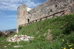 Pietrasanta, πόλη της τέχνης και ομορφιά της υψηλής Τοσκάνης στην Ιταλία ένας άφθονος κήπος και οι τοίχοι του φρουρίου του μεσαιω στοκ φωτογραφία με δικαίωμα ελεύθερης χρήσης