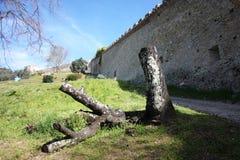 Pietrasanta, ville d'art et de beauté de la haute Toscane en Italie un jardin luxuriant et les murs de la forteresse du médiéval images stock