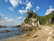 Pietre in acqua sulla costa del mare Fotografie Stock