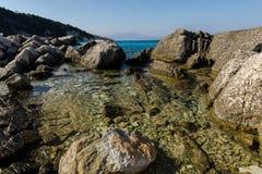 Pietre al mare ionico fotografie stock