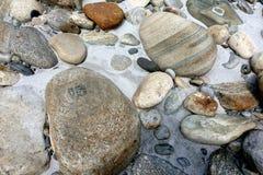 Pietre arrotondate sulla sponda del fiume Fotografie Stock Libere da Diritti