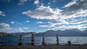 Pietre artisticamente equilibrate nel lago Pangong fotografie stock libere da diritti