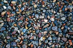 Pietre bagnate multicolori su una spiaggia del mare Fotografie Stock Libere da Diritti