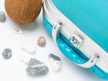 Pietre blu della valigia, della noce di cocco e del mare Fotografie Stock