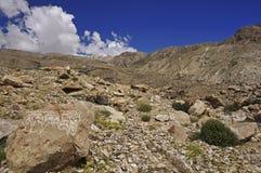 Pietre buddisti di preghiera nel deserto ad alta altitudine della montagna Immagine Stock Libera da Diritti