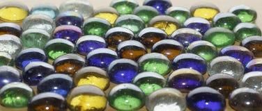Pietre colorate su una tavola di legno Fotografia Stock