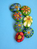 Pietre con i fiori dipinti Fotografia Stock