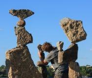 Pietre d'equilibratura della gru a benna del Michael al festival immagini stock
