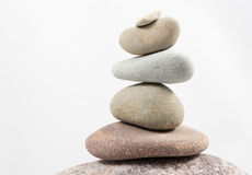 Pietre d'equilibratura isolate su fondo bianco Fotografia Stock