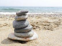 Pietre del cairn sulla spiaggia Fotografia Stock Libera da Diritti