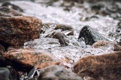 Pietre del granito e ghiaccio aguzzo fuso Fotografia Stock