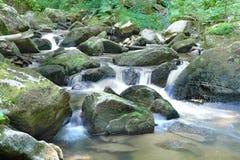 Pietre del muschio e corrente dell'acqua Immagini Stock