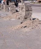 Pietre della pavimentazione impilate vicino alla strada costruzione, industriale fotografia stock libera da diritti