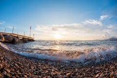 Pietre della spiaggia sulla spiaggia Alba di estate sulla costa, isola di Corf?, Grecia Mare ionico della spiaggia wallpaper fotografie stock