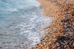 Pietre della spiaggia sulla spiaggia Alba di estate sulla costa, isola di Corf?, Grecia Mare ionico della spiaggia wallpaper fotografia stock libera da diritti