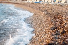 Pietre della spiaggia sulla spiaggia Alba di estate sulla costa, isola di Corf?, Grecia Mare ionico della spiaggia wallpaper immagine stock