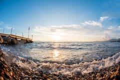 Pietre della spiaggia sulla spiaggia Alba di estate sulla costa, isola di Corf?, Grecia Mare ionico della spiaggia wallpaper fotografia stock