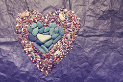 Pietre di colore del mare sotto forma di cuore Immagini Stock Libere da Diritti