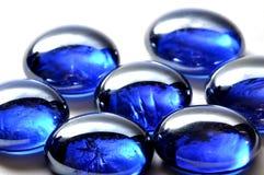 Pietre di vetro bianche e blu astratte Immagini Stock