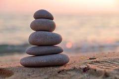 Pietre di zen al tramonto Fotografia Stock Libera da Diritti