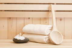 Pietre di zen e accessores della stazione termale nella sauna Fotografia Stock Libera da Diritti