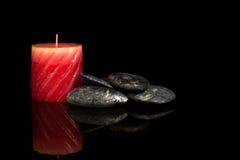 Pietre di zen e candele aromatiche. Fotografie Stock