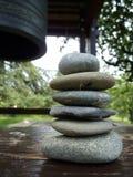 Pietre di zen e segnalatore acustico japenese Fotografia Stock Libera da Diritti