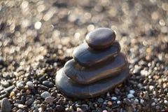 Pietre di zen su ghiaia, simbolo di buddismo Fotografia Stock Libera da Diritti