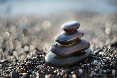 Pietre di zen su ghiaia, simbolo di buddismo Fotografie Stock Libere da Diritti