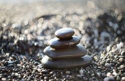 Pietre di zen su ghiaia, simbolo di buddismo Immagini Stock