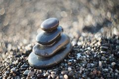 Pietre di zen su ghiaia, simbolo di buddismo Fotografie Stock